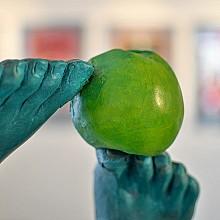 Eva s ružou (detail). Z výstavy Zrádné lásky. Foto J. Král